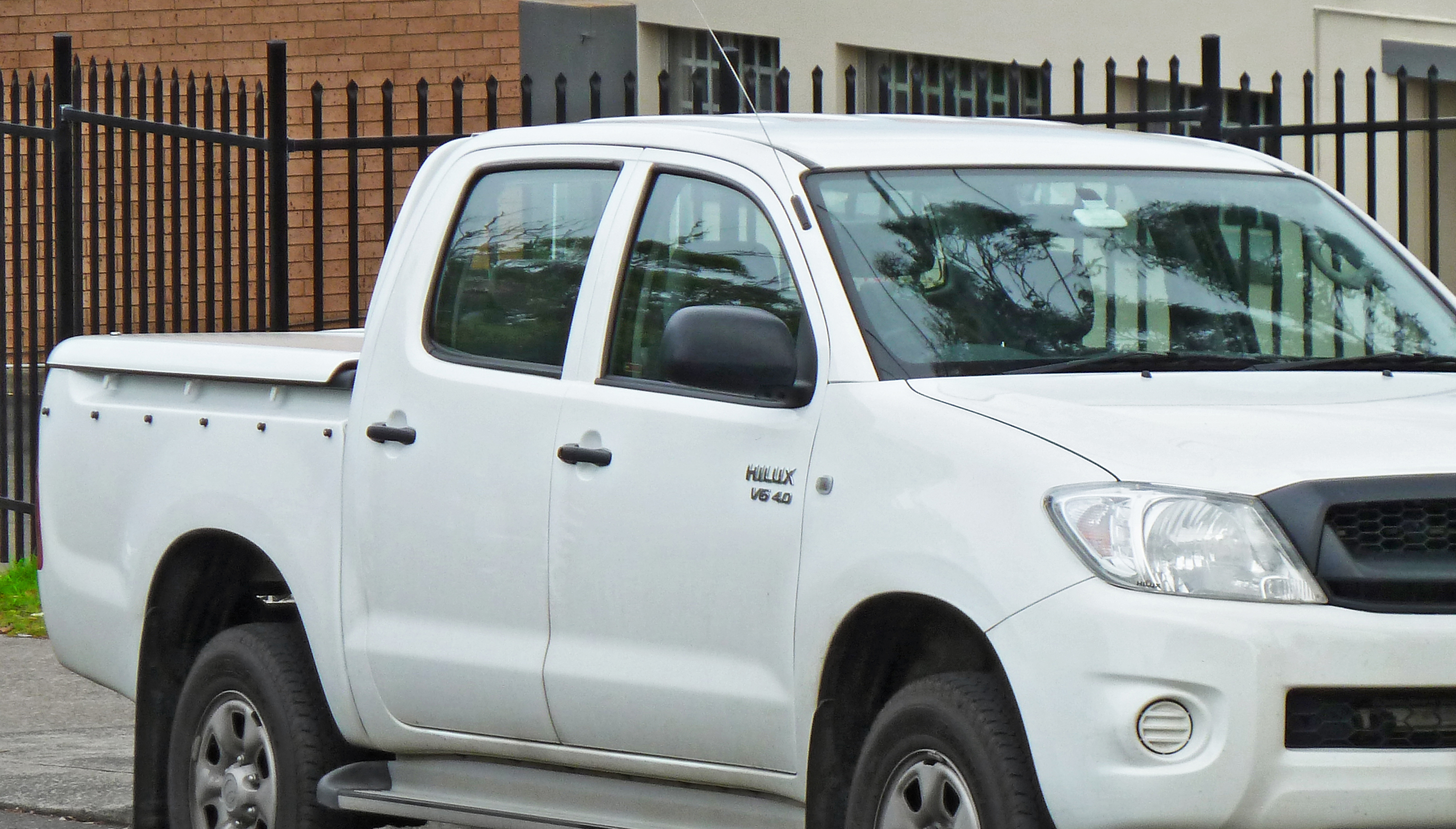 2010_toyota_hilux_ggn25r_sr_4-door_utility_2011-11-30_01